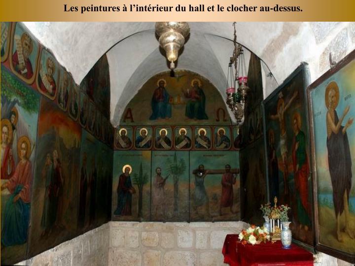 Les peintures  lintrieur du hall et le clocher au-dessus.