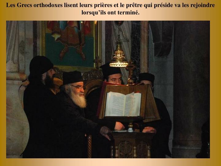 Les Grecs orthodoxes lisent leurs prires et le prtre qui prside va les rejoindre  lorsquils ont termin.