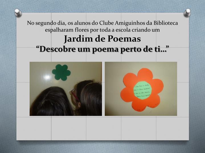 No segundo dia, os alunos do Clube Amiguinhos da Biblioteca espalharam flores por toda a escola criando um