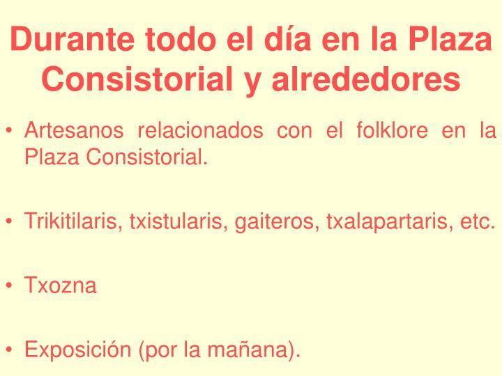 Artesanos relacionados con el folklore en la Plaza Consistorial.