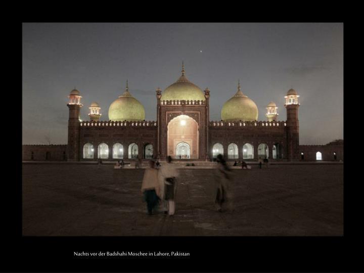 Nachts vor der Badshahi Moschee in Lahore, Pakistan