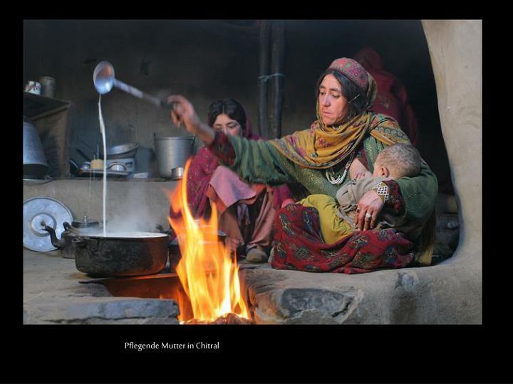 Pflegende Mutter in Chitral
