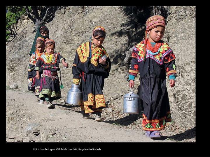Mädchen bringen Milch für das Frühlingsfest in Kalash