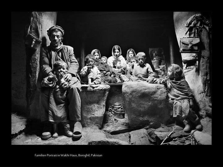 Familien Portrait in Wakhi Haus, Boroghil, Pakistan
