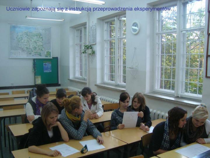 Uczniowie zapoznają się z instrukcją przeprowadzenia eksperymentów…