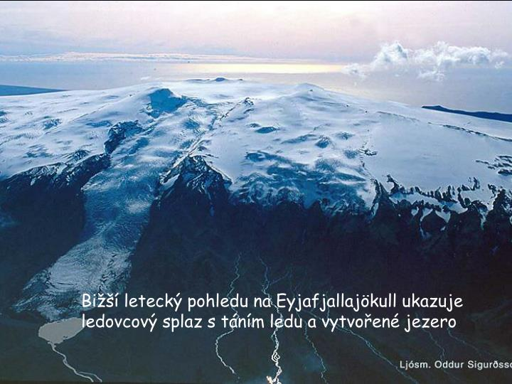 Bi leteck pohledu na Eyjafjallajkull ukazuje ledovcov splaz s tnm ledu a vytvoen jezero