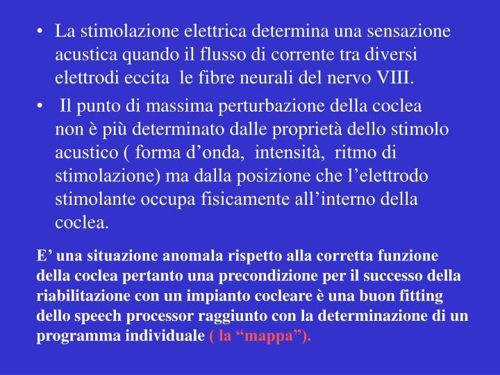 La stimolazione elettrica determina una sensazione acustica quando il flusso di corrente tra diversi elettrodi eccita  le fibre neurali del nervo VIII.