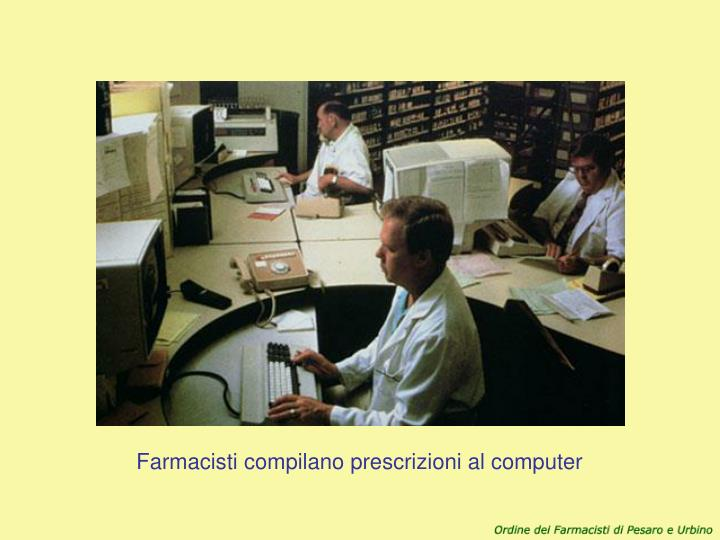 Farmacisti compilano prescrizioni al computer