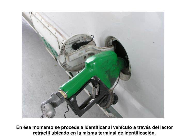 En ése momento se procede a identificar al vehículo a través del lector retráctil ubicado en la misma terminal de identificación.