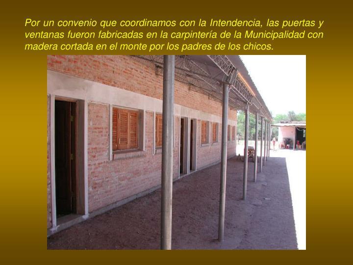 Por un convenio que coordinamos con la Intendencia, las puertas y ventanas fueron fabricadas en la carpintería de la Municipalidad con madera cortada en el monte por los padres de los chicos.