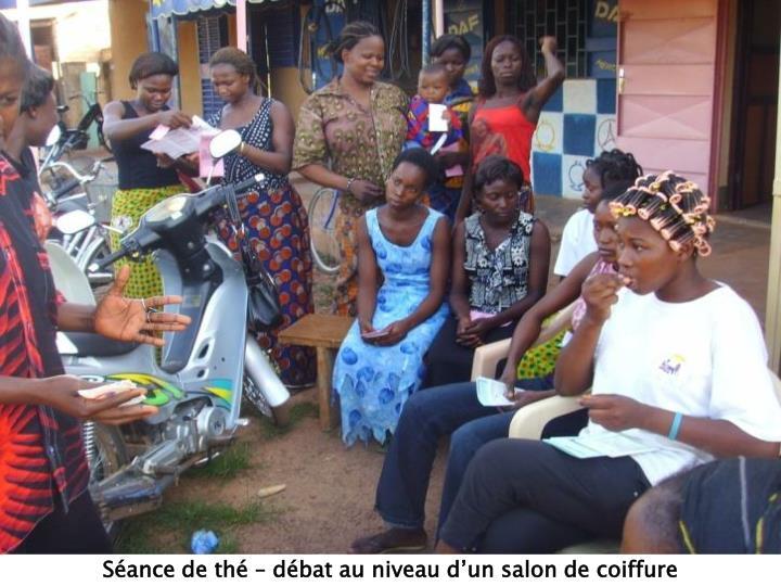Séance de thé – débat au niveau d'un salon de coiffure