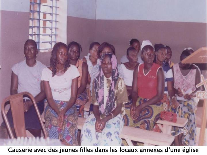 Causerie avec des jeunes filles dans les locaux annexes d'une église
