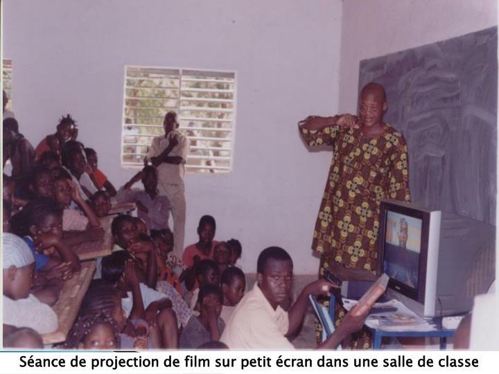 Séance de projection de film sur petit écran dans une salle de classe
