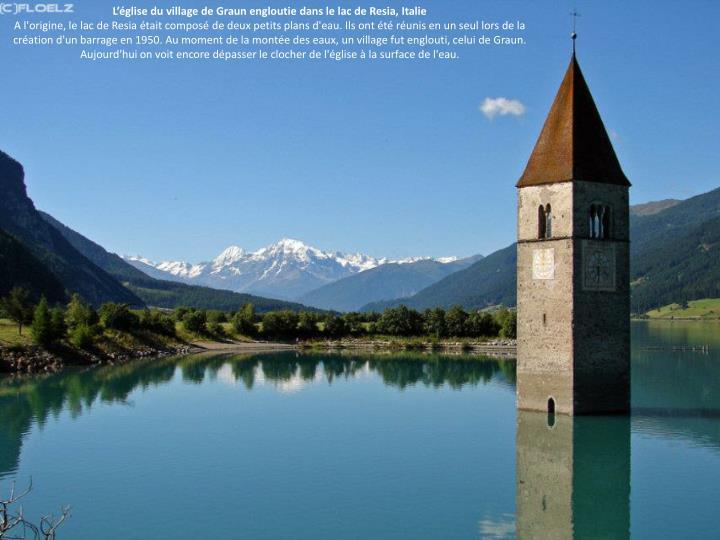 L'église du village de Graun engloutie dans le lac de Resia, Italie