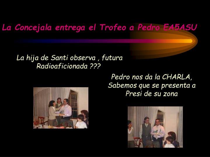 La Concejala entrega el Trofeo a Pedro EA5ASU