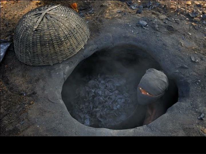 Malgré les dangers pour la santé, on fait du charbon de bois.