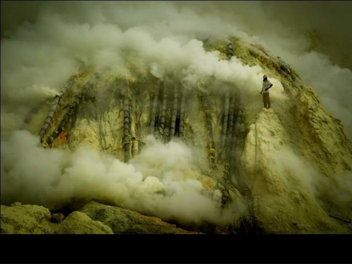 Java en Indonesie, près du volcan Ijen. Exploitation des mines de soufre.