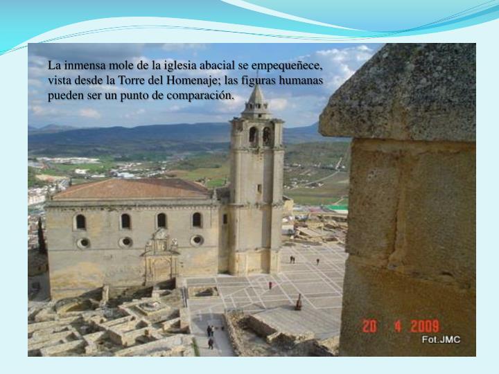La inmensa mole de la iglesia abacial se empequeece, vista desde la Torre del Homenaje; las figuras humanas pueden ser un punto de comparacin.