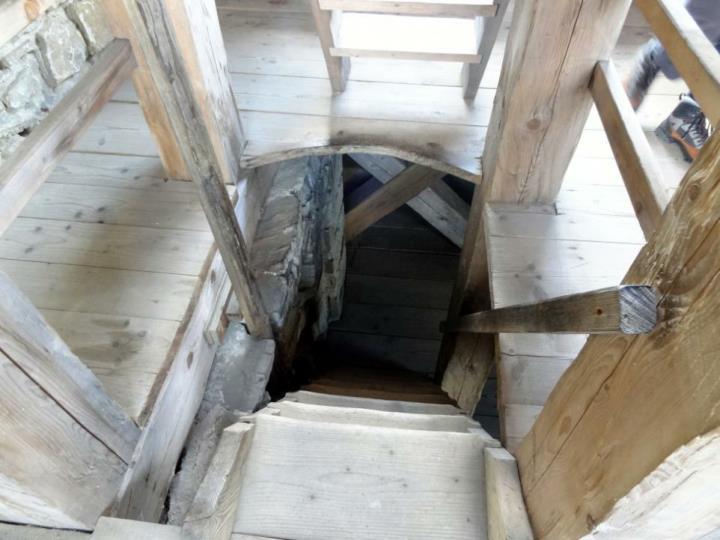 První kříž na Radhošti vztyčili misionáři  (chtěli vymýtil pozůstatky pohanství) r. 1734. V r. 1753 udělila císařovna Marie Terezie Rožnovu novou pečeť, s podobou městečka ležícího mezi dvěma kopci Hradiskem a Radhoštěm s křížem. V r. 1805 postavili zde kamenný kříž, který byl po třech letech povalen silnými větry a rozlomen .Kříž opět nechal vztyčit majitel rožnovského panství,  k další úhoně přišel r. 1838 za velké bouře. Původně byl ohrazen plůtkem, aby se zamezilo poškození kříže uvažovali o stavbě kaple. Ve 30 letech 20 stol. přemístili kříž před vstup do kaple.