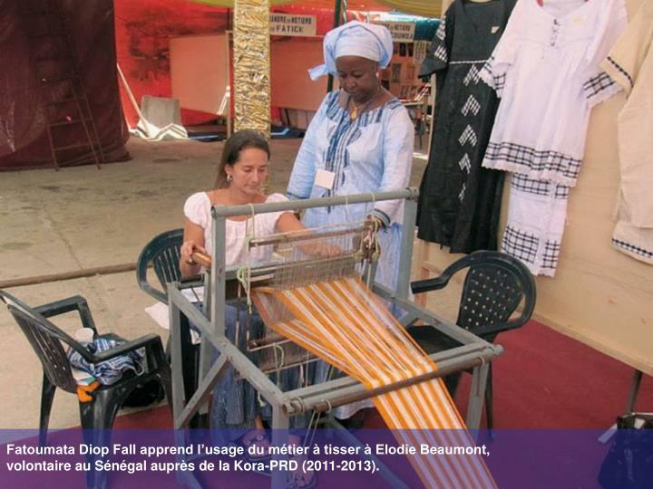 Fatoumata Diop Fall apprend l'usage du métier à tisser à Elodie Beaumont,