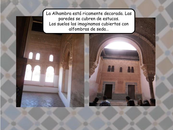 La Alhambra est ricamente decorada. Las paredes se cubren de estucos.