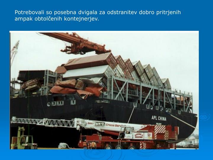 Potrebovali so posebna dvigala za odstranitev dobro pritrjenih ampak obtolenih kontejnerjev.