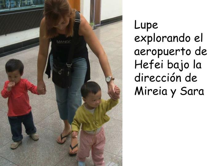 Lupe explorando el aeropuerto de Hefei bajo la dirección de Mireia y Sara