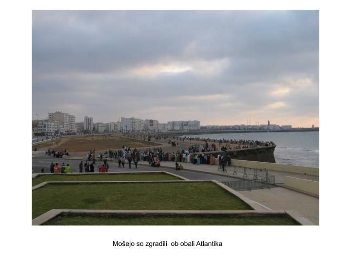 Mošejo so zgradili  ob obali Atlantika
