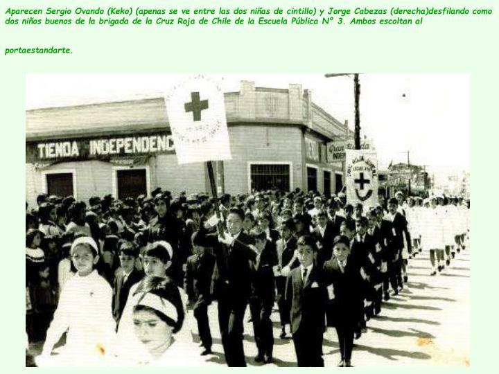 Aparecen Sergio Ovando (Keko) (apenas se ve entre las dos niñas de cintillo) y Jorge Cabezas (derecha)desfilando como dos niños buenos de la brigada de la Cruz Roja de Chile de la Escuela Pública Nº 3. Ambos escoltan al portaestandarte.