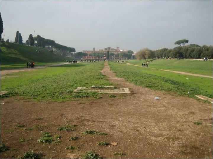 Actualmente el Circo Máximo es un parque (el edificio del fondo es el palacio imperial del Palatino.