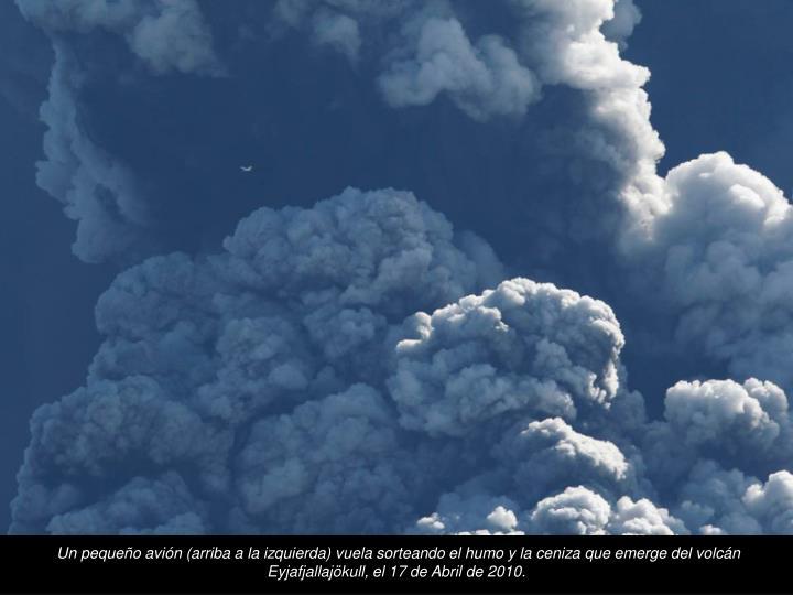 Un pequeo avin (arriba a la izquierda) vuela sorteando el humo y la ceniza que emerge del volcn Eyjafjallajkull, el 17 de Abril de 2010.