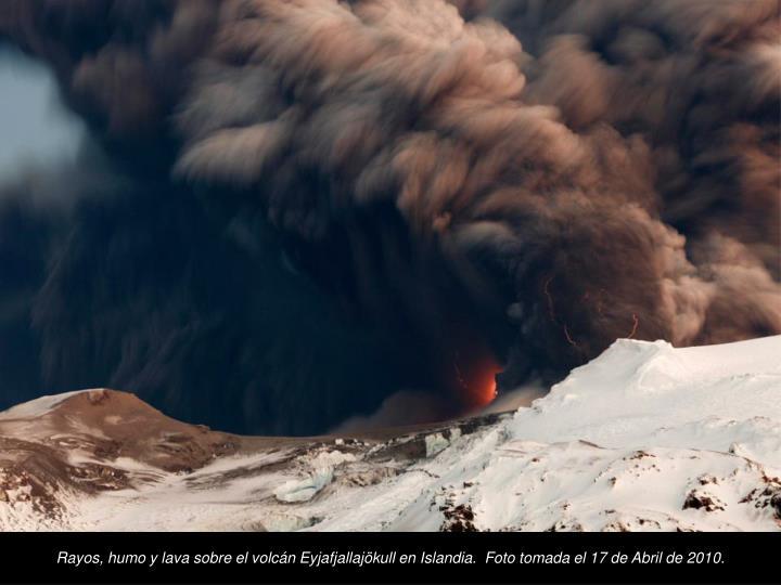 Rayos, humo y lava sobre el volcn Eyjafjallajkull en Islandia.  Foto tomada el 17 de Abril de 2010.