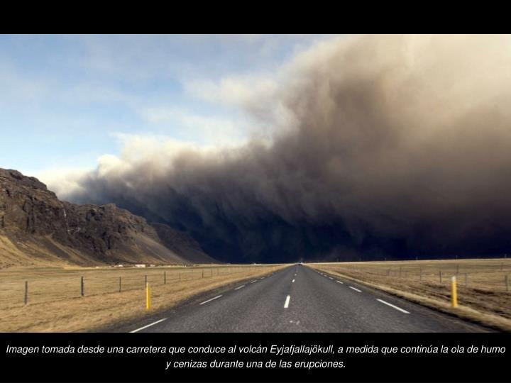 Imagen tomada desde una carretera que conduce al volcn Eyjafjallajkull, a medida que contina la ola de humo y cenizas durante una de las erupciones.