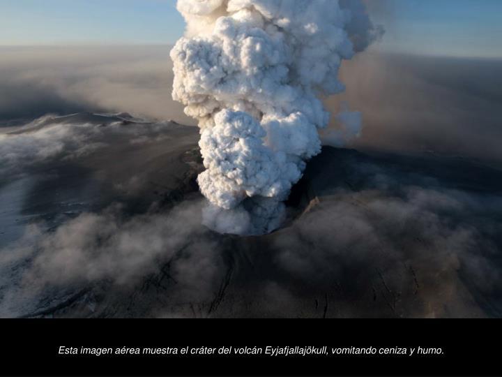 Esta imagen area muestra el crter del volcn Eyjafjallajkull, vomitando ceniza y humo.
