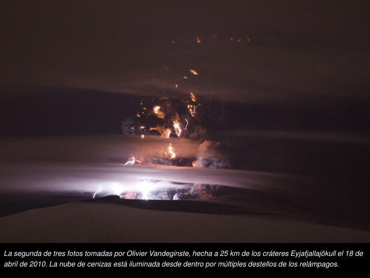 La segunda de tres fotos tomadas por Olivier Vandeginste, hecha a 25 km de los crteres Eyjafjallajkull el 18 de abril de 2010. La nube de cenizas est iluminada desde dentro por mltiples destellos de los relmpagos.