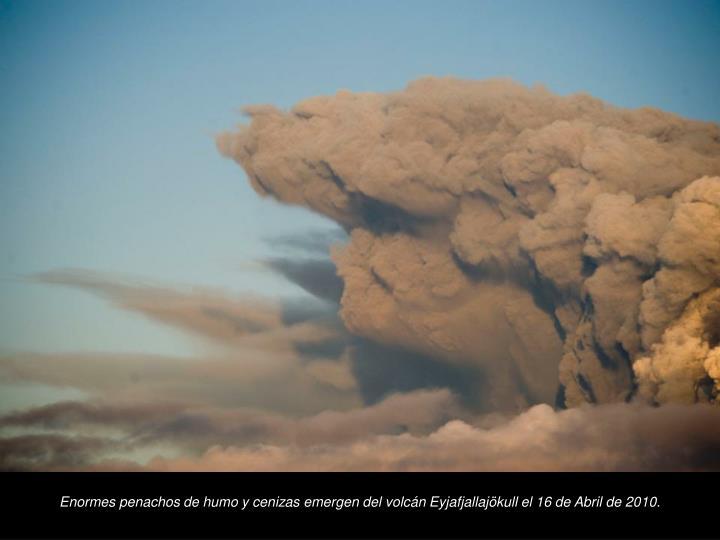 Enormes penachos de humo y cenizas emergen del volcn Eyjafjallajkull el 16 de Abril de 2010.