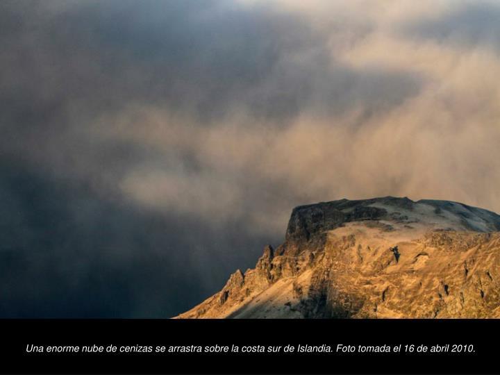 Una enorme nube de cenizas se arrastra sobre la costa sur de Islandia. Foto tomada el 16 de abril 2010.