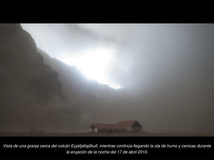 Vista de una granja cerca del volcn Eyjafjallajkull, mientras contina llegando la ola de humo y cenizas durante la erupcin de la noche del 17 de abril 2010.