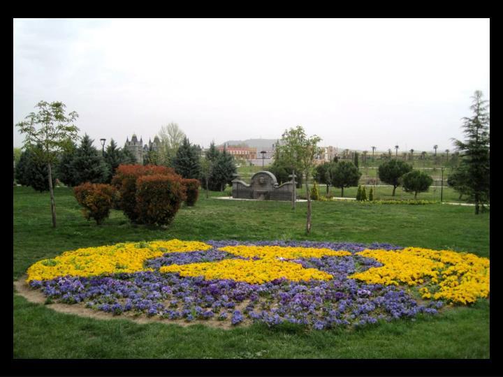 Cuenta, con una plantación de más de 5.000 árboles, 60.000 arbustos y 120.000 flores de temporada.