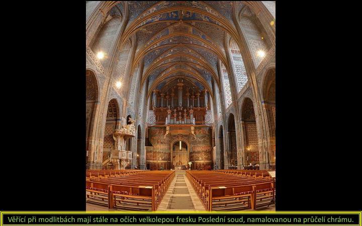 Věřící při modlitbách mají stále na očích velkolepou fresku Poslední soud, namalovanou na průčelí chrámu.