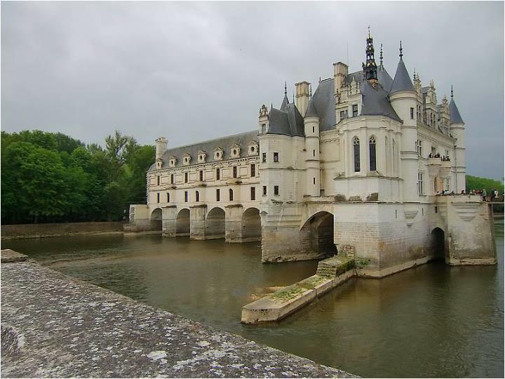 Je to typický vodní zámek obklopený vodou řeky