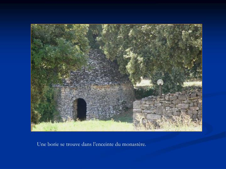 Une borie se trouve dans l'enceinte du monastère.