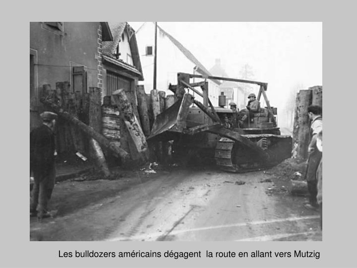 Les bulldozers américains dégagent  la route en allant vers Mutzig