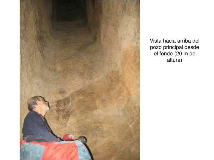 Vista hacia arriba del pozo principal desde el fondo (20 m de altura)