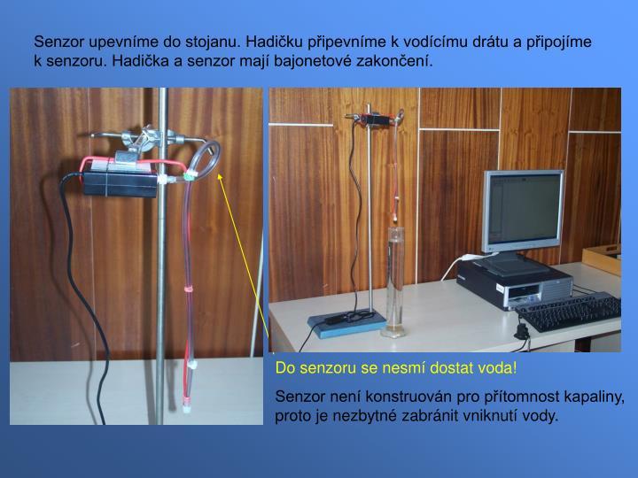 Senzor upevníme do stojanu. Hadičku připevníme k vodícímu drátu a připojíme k senzoru. Hadička a senzor mají bajonetové zakončení.