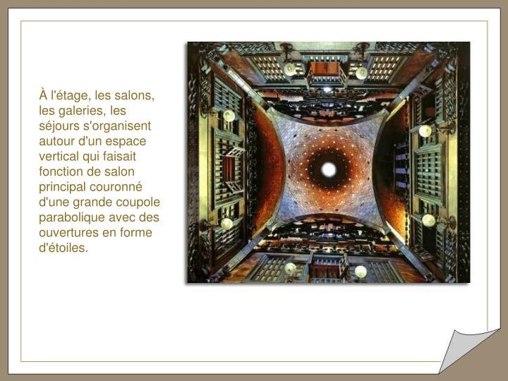 À l'étage, les salons, les galeries, les séjours s'organisent autour d'un espace vertical qui faisait fonction de salon principal couronné d'une grande coupole parabolique avec des ouvertures en forme d'étoiles.