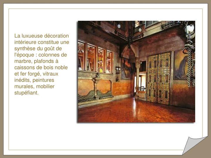 La luxueuse décoration intérieure constitue une synthèse du goût de l'époque : colonnes de marbre, plafonds à caissons de bois noble et fer forgé, vitraux inédits, peintures murales, mobilier stupéfiant.