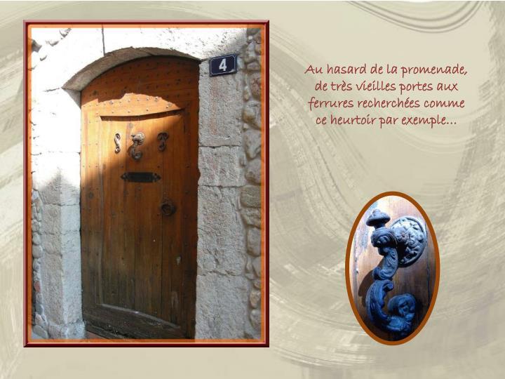 Au hasard de la promenade, de très vieilles portes aux ferrures recherchées comme ce heurtoir par exemple…