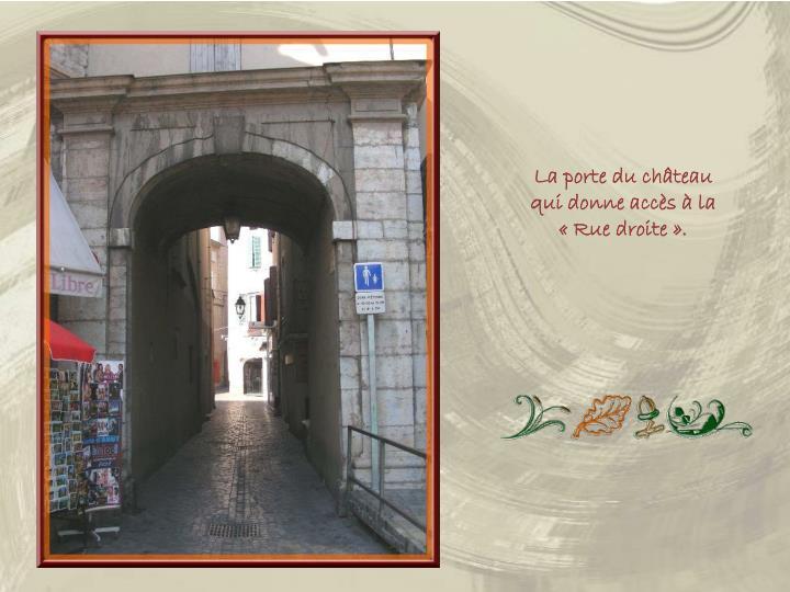 La porte du château qui donne accès à la «Rue droite».