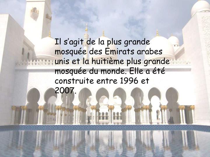 Il s'agit de la plus grande mosquée des Emirats arabes unis et la huitième plus grande mosquée du monde. Elle a été construite entre 1996 et 2007.